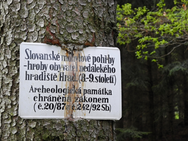 Ve svahu leží několik mohylových hrobů našich slovanských předků.