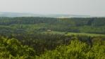 pohled z vrcholové plošiny na sever, hájovna Bušohrad, pole a lesy na obzoru jsou už za Berounkou ...