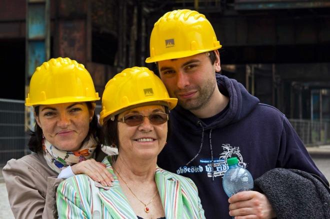 Slušivou žlutou helmu musí mít každý účastník prohlídky