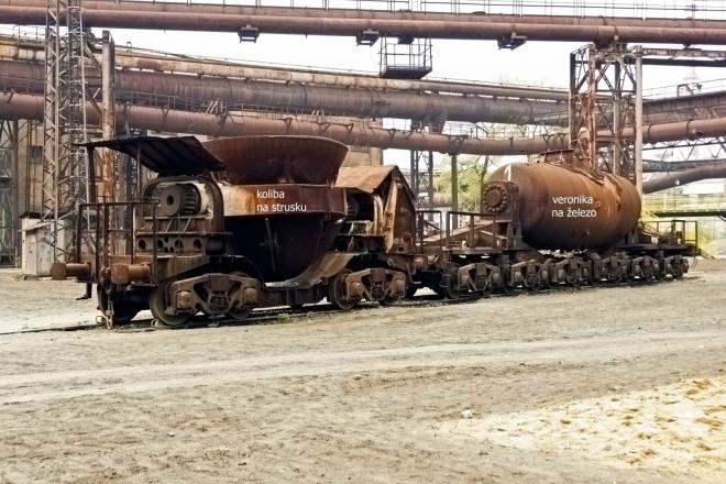 vlevo koliba (převoz strusky) a Veronika k přepravě surového Fe z DOV do ocelárny, sléváren a licích strojů