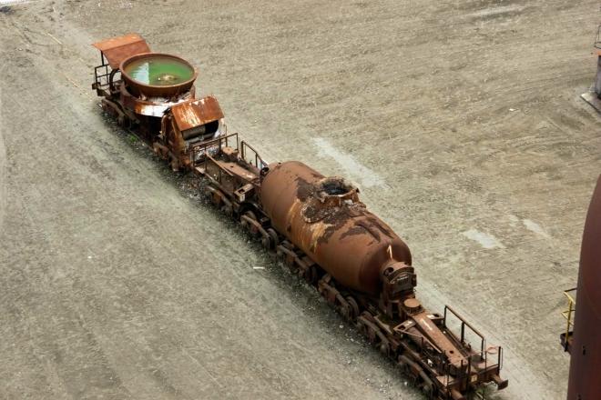 vlevo koliba, vpravo Veronika k přepravě surového Fe z DOV do ocelárny, sléváren a licích strojů