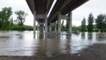 řeka pod dálničním mostem ...