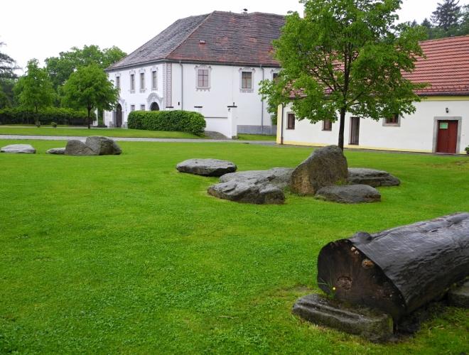 Také rozsáhlý hospodářský dvůr je po rekonstrukci. V opravených přilehlých budovách je zbudována expozice hraček z 19. a 20. století.