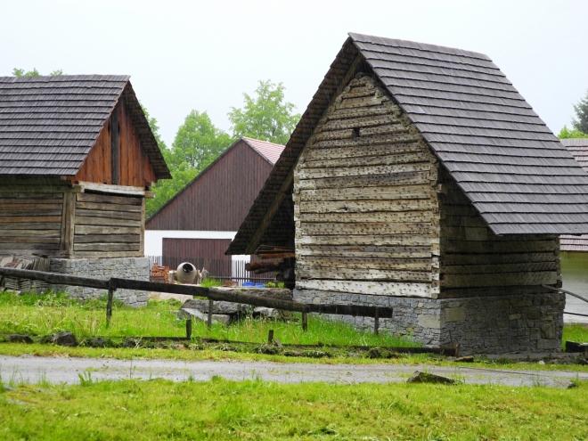 Nad zámeckým areálem vzniká skanzen lidové architektury, který je tvořen několika roubenými chalupami a stodolami z podhůří Šumavy.