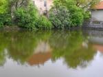 Klidná hladina rybníčku Ohrada zrcadlí jedno ze starých stavení, které by se v budoucnu mělo stát spolu s částí vesnice a zámeckým areálem památkovou zónou.