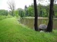 U Podhorského rybníka pak vychutnáváme jeho neobvyklé kouzlo zcela sami. Lavičky a ohniště však dávají jasně najevo, že často je zde dost živo...