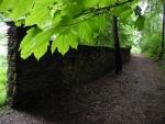 """Park je ohraničen částečně dochovanou kamennou zdí. Pokračujete """"brankou"""" v protilehlé straně parku."""