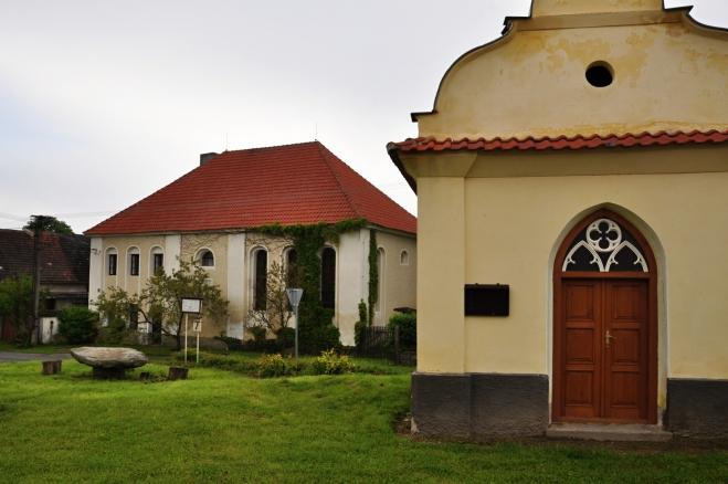 NS Okolím viklanu začínáme ve Slatině založené kolem roku 1150. Obec patří spolu s několika dalšími vsi mezi nejstarší v okolí. Na fotce je kaplička a také synagoga, prostě klasicistní stavba s valbovou střechou.