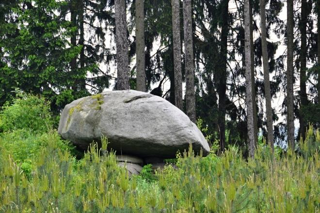 Podobným způsobem jako Čertovy náramky vznikl i tento Obětní kámen, který je nedaleko Kadova.