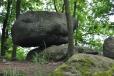 Kadovský viklan najdeme na návrší přímo v obci. Jde o jeden z největších a nejlépe dochovaných žulových viklanů u nás. V obvodu měří více jak 11 metrů a váží 29 tun.