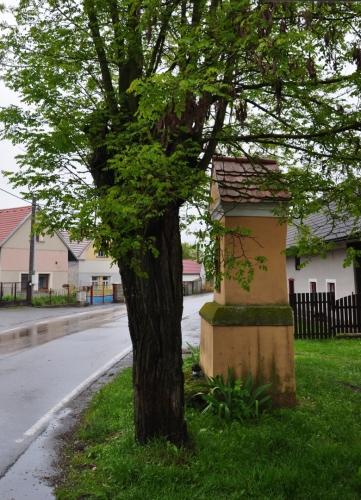 Lnářský Málkov nám poslouží jako dačasný úkryt před sílícím deštěm. Využíváme k tomu autobusovou zastávku, kde se občerstvujeme. Další pokračování vysokou, mokrou travou již nemám morální sílu jakkoli dokumentovat.
