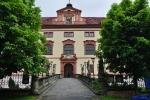 Stavbu ranně barokního Zámku Lnáře zahájil vedle původní tvrze Aleš Vratislav, hrabě z Mitrovic v roce 1666 a dokončil ji Tomáš Zacheus, syn hraběte Humprechta Jana Černína z Chudenic v roce 1685.