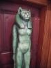 Pro egyptské faraony byly kočky posvátné. Ramses II. měl pro ni velkou slabost. Jeho obrovská hrobka umístěná v Abú Simbel dokládá moc jeho říše. Faraon je tu představován ve čtyřech fázích života. Připraven na věčnost rozjímá možná dávno zemřelý vládce ještě dnes o kočce, toulající se před jeho mauzoleem, aby mu připomněla, že život trvá věčně.