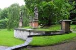 Zámek je dále obklopen 4 ha rozlehlou romantickou anglickou zahradou vybudovanou po r. 1727, která ukrývá 11 vzácných soch (původně 12) znamení zvěrokruhu ztvárněné slavným sochařem Ignazem Michaelem Platzerem.
