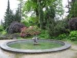 Mezi dalšími sochami v zahradě je i barokní chlapeček s labutí stojící uprostřed kašny.