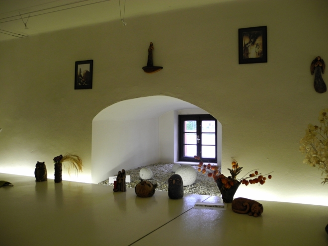 Stará Tvrz je původně na místě dřevěné opevněné tvrze a prošla postupně rozsáhlými přestavbami na kamennou gotickou tvrz. První majitelé, páni-rytíři ze Lnář, měli ve svém erbu klíč. Byli spříznění s pány z Kasejovic. Původní vodní tvrz byla založena již na počátku 14. století. Dnešní podoba Tvrze je rekonstrukcí její renesanční podoby, kterou získala kolem roku 1597.