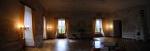 Decentně osvětlené místnosti jsou sice prosty honosného nábytku, který byl za komunismu zcizen, přesto mají neopakovatelné kouzlo.