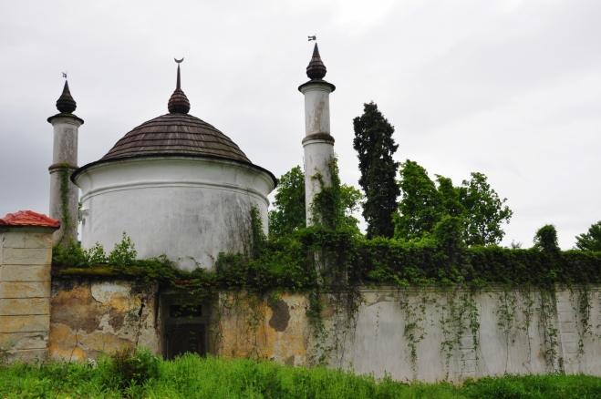 Po prohlídce se ještě v bouři procházíme kolem hradeb zámecké zahrady. Naším posledním cílem je malý minaret uktytý v samém rohu zahrady a dnes sloužící pouze jako sklad zahradníka.