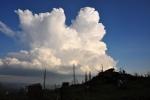 Nahoře již čeká modrá obloha a daleké výhledy.