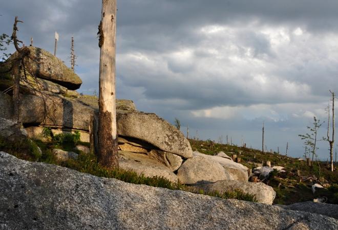 Dnešní pojmenování hory vzniklo z německého názvu, který byl v minulosti uváděn v různých podobách (1346 Plechensteyn, 1604 Plecknsstayn, 1710 Pleckhenstein). Znamená lesklý kámen nebo skála a tento název byl zřejmě odvozen od třpytící se hladiny jezera pod severovýchodním svahem hory.