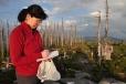 Lena zapisuje chválu zdejší krajině do vrcholové knihy. Hned vedle je dokonce i dobře zajištěné vrcholové razítko.