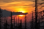 Barvy se s postupně klesajícím sluncem mění ze žluté, přes oranžovou, až k rudé.