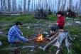 Večerní krátké posezení u ohně. Dřeva je všude dost.
