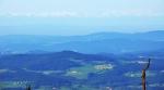 Modravé dálky skrývají vzdálené vrcholky Alp. Bohužel ani po ránu viditelnost není nejlepší. Při minulém vandru na Plechý to bylo jiné a focení hřebenů Alp jsem si užíval ráno i večer.