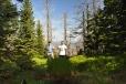 """V šumavských lesích u Třístoličníku se v úterý ztratili manželé. Zabloudili a brzy jim začaly docházet síly. Naštěstí i daleko od civilizace měl jejich telefon signál. Podařilo se jim dovolat německým policistům, kteří po dvojici začali okamžitě pátrat. Našli je díky vrtulníku.  Ztracené turisty v těžko přístupných šumavských lesích vypátral před sedmou večer německý policejní vrtulník.V úterý se ukázalo, jak moc je dobré, když dnes policisté spolupracují bez ohledu na hranice. """"Kolem šesté odpoledne informovala telefonicky německá policie operační středisko jihočeské policie o tísňovém volání z oblasti Trojmezí na Prachaticku. Čeští manželé se ztratili někde v oblasti Trojmezí na Třístoličníku,"""" řekl jihočeský policejní mluvčí Jiří Matzner.Dvojice už v tu chvíli byla velmi vyčerpaná a vůbec netušila, kde se nachází. Naštěstí se mobilním telefonem dovolali na linku německých policistů. Když informaci dostalo české operační středisko, okamžitě nasadilo do pátrání Horskou službu, které pomáhali i kolegové z druhé strany hranic. """"Telefonické spojení se již později nepodařilo navázat, ale podle popisu místa, kde se dvojice nacházela, byla členy horské služby vytipována lokalita Vysokého hřebenu, která je však z české strany nepřístupná,"""" pokračoval Matzner.Němečtí policisté tak za několik minut zahájili pátrání ze vzduchu za pomoci vrtulníku. Už před sedmou hodinou večer informovali, že byl český manželský pár nalezen. O vyčerpané, ale zachráněné turisty se pak postarali němečtí lékaři.Zdroj: http://budejovice.idnes.cz/ztraceni-turiste-na-sumave-ddv-/budejovice-zpravy.aspx?c=A130612_145706_budejovice-zpravy_khr"""