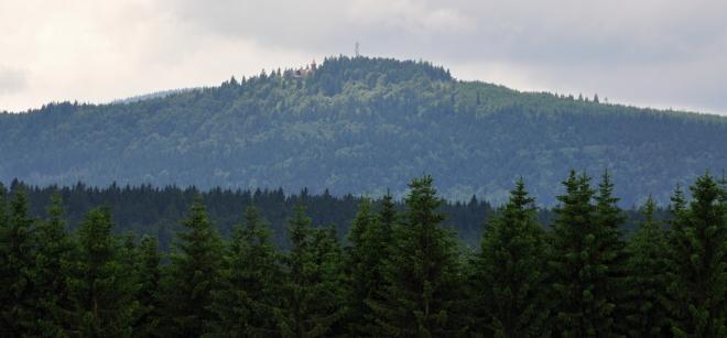 Pancíř ( 1 214 m n. m.) se svojí horskou chatou a rozhlednou.