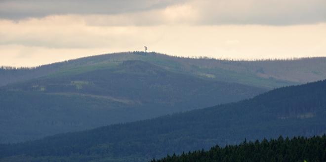 Vzdálený vrchol Poledníku (1 315 m n. m.) s rozhlednou.