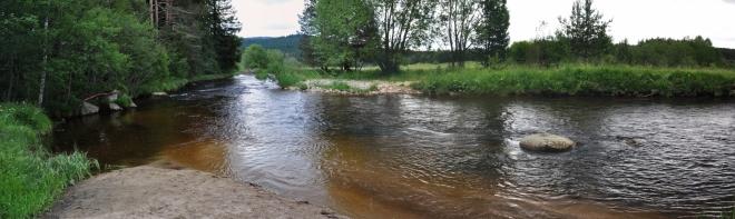 Cesta kolem snadno dostupného údolí je lemována krásnými výhledy na řeku, která je mému srdci již dlouhá léta nejbližší.