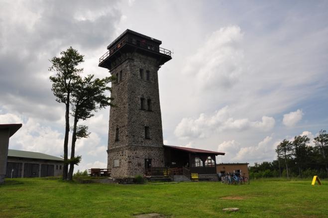 Původní dřevěná rozhledna byla postavena již v roce 1984 a po několika letech k ní byla přistavěna horská chata s názvem Pasovského chýše. Ta však pro velkou návštěvnost brzy přestala vyhovovat, a proto byla v roce 1905 postavena nová, kamenná rozhledna, zvaná Kurzova věž. V roce 1927 byla k objektům přistavěna ještě jedna turistická chata. Po okupaci byly objekty zabrány německou armádou a po válce zase našim vojskem. Místo bylo v pohraničním pásmu a tady nepřístupné. Chaty byly armádou zbořeny a ochoz rozhledny upraven. Kolem byly postupně přistavěny vojenské objekty a radarová věž. Dnes rozhledna patří KČT. Přístupná je od 16. července 2000, kdy byla znovu slavnostně otevřena.
