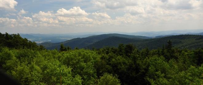 Pohled na Kreuzfelsen (938 m n. m.), kde jsou v lese u hranic ukryty tři znaky trojmezí Čech, Bavorska a Falcka. Tři znaky zde připomínají bavorsko-českou hraniční smlouvu mezi císařovnou Marií Terezií a bavotským kurfiřtem Max Josefem lll. z 3. března 1764.Tudy měla vést zpět do Folmavy po zelené TZ i naše cesta, ale z toho, hlavně pro pokročilý čas, nakonec sešlo. Z dávného čundru si ale místo tří znaků u skály stále dobře pamatuji.