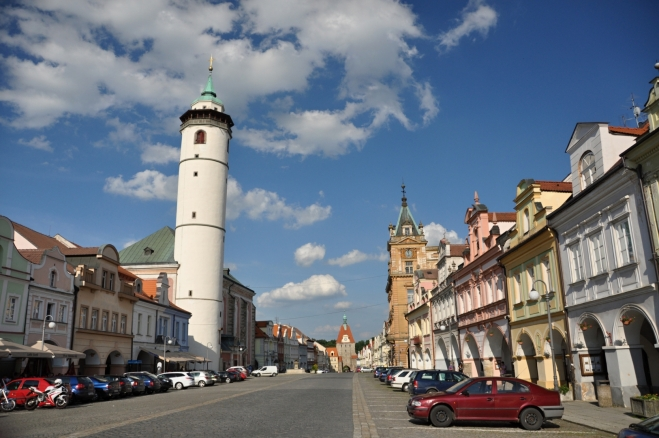 Domažlickému náměstí, které bylo původně městským tržištěm, vévodí 56 m vysoká věž kruhového půdorysu, patřící k vedlejšímu arciděkanskému kostelu.