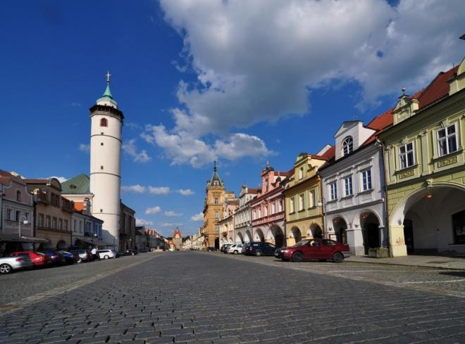 Obdélníkové náměstí je velmi dlouhé a především krásné.