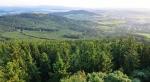 Vpravo je vidět kousek Kdyně, v pozadí za hřebenem Korábu vystupuje nižší vrch Bezný (658m n. m.).