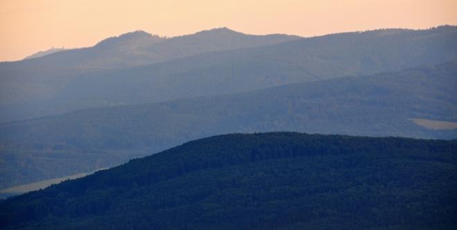 Oba vrcholy Ostrého (1 293 m n. m.) osvětlují poslední paprsky slunce.
