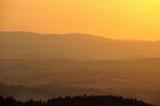 Velký Zvon (862 m n. m.) zalitý oranžádou.