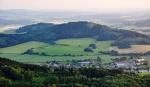Na jihu si při pohledu na Orlovickou horu a Jezvinec (739 m n. m.) vzpomenu na svůj úplně první vandr se spaním pod širákem, kdy jsme s bratrancem Mírou přešli po žluté TZ zajímavou trasu ze Švihova, přes Běleč, Bělýšovský les, Doubravu a Velký Bítov na Jezvinec. Tam někde začala moje dlouhá anabáze s báglem na zádech...