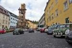 Auta pomalu začínají zaplňovat náměstí