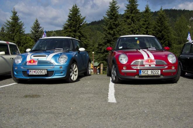 Na parkovišti před hotelem - naše auto a přítele Joži