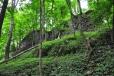 Gotický hrad Nový Herštejn stával na nápadném a dnes zalesněném kopci. Vlastní hrad byl postaven na jeho temeni a kolem bylo rozsáhlé podhradí v podobě nepravidelného trojúhelníka. Podhradí bylo chráněné vnitřní zdí a hlubokými příkopy s valy. Na jihovýchodě byla v prudkém svahu pod hradbou vstupní cesta.