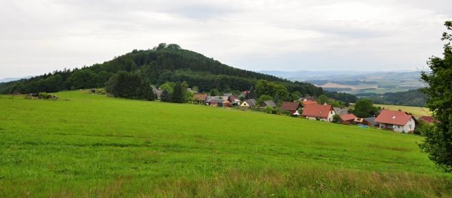 Rýzmberk (665 m n. m.) a Podzámčí.