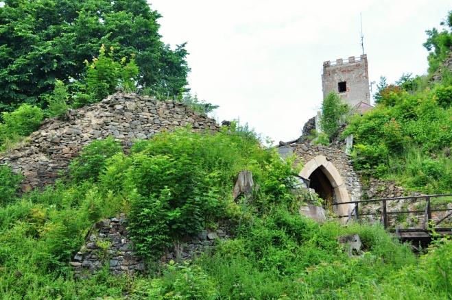 Vstupní brána je nově vystavěna z vykopaných částí, které se jako zázrakem dochovaly.