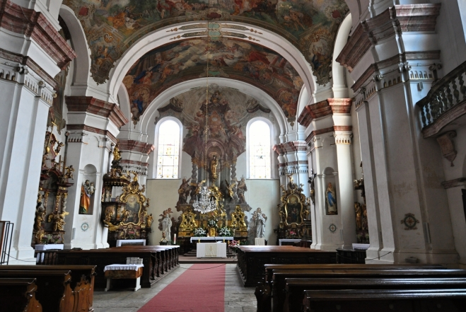 Klenutí chrámové lodi je zdobeno freskami F. J. Luxe z roku 1756. Mezi skvosty náleží oltář Narození Panny Marie, dílo pražských mistrů.