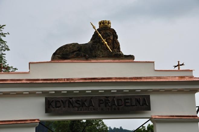Popis je málo čitelný a tak vězte, že stojíme před branou Kdyňské přádelny, založené roku 1769.