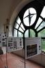 Tohle už se ateliéru blíží. Jednotlivá poschodí slouží i jako zajímavé výstavní síně a to, že jsme v původní kostelní věži, je dobře patrné.