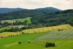 Blíž a lépe lze spatřit Koráb a vedlejší kopec Horu.