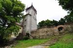 Bolfánek se zbytky zdí kostela.